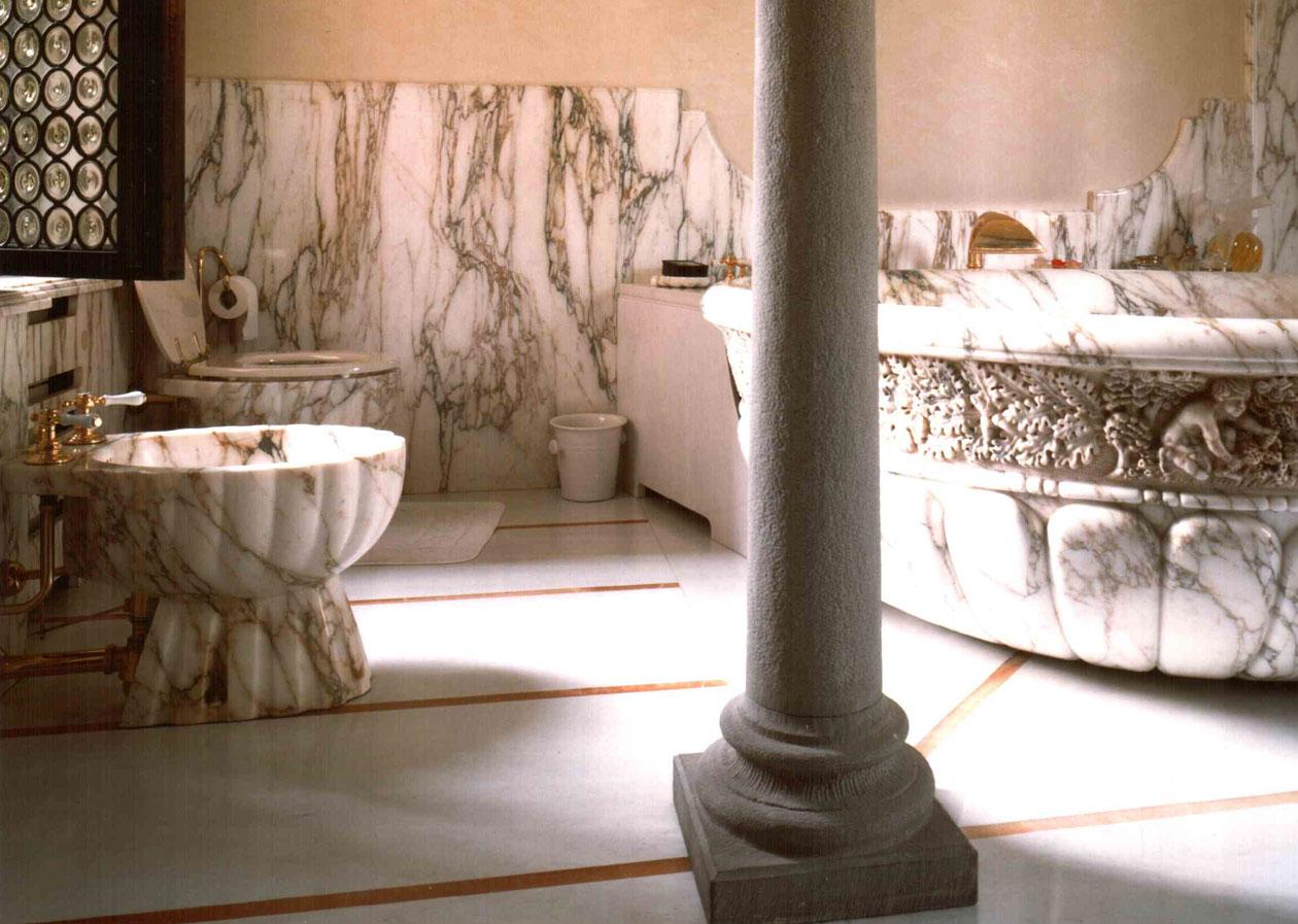 Lato nero di bagno di marmo e piastrelle tonico u foto stock